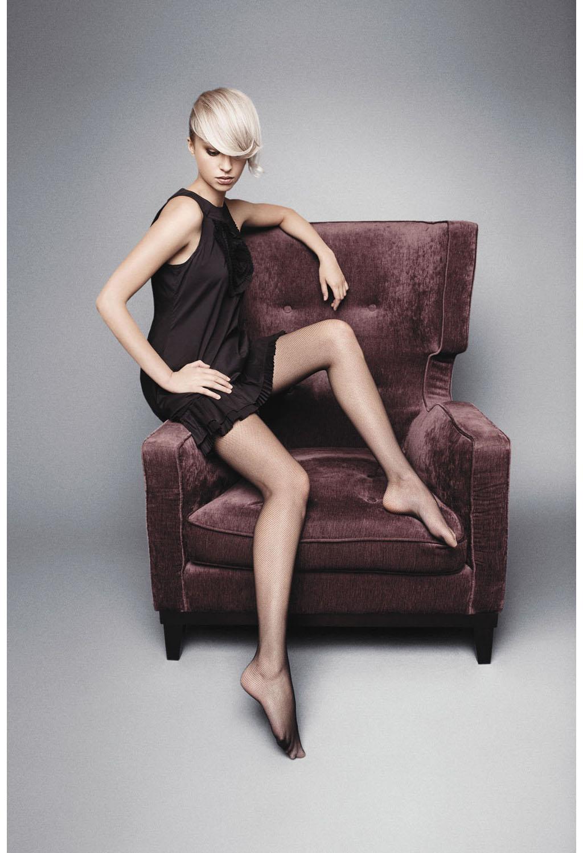 Женщины в колготках и трусах сидя — img 1