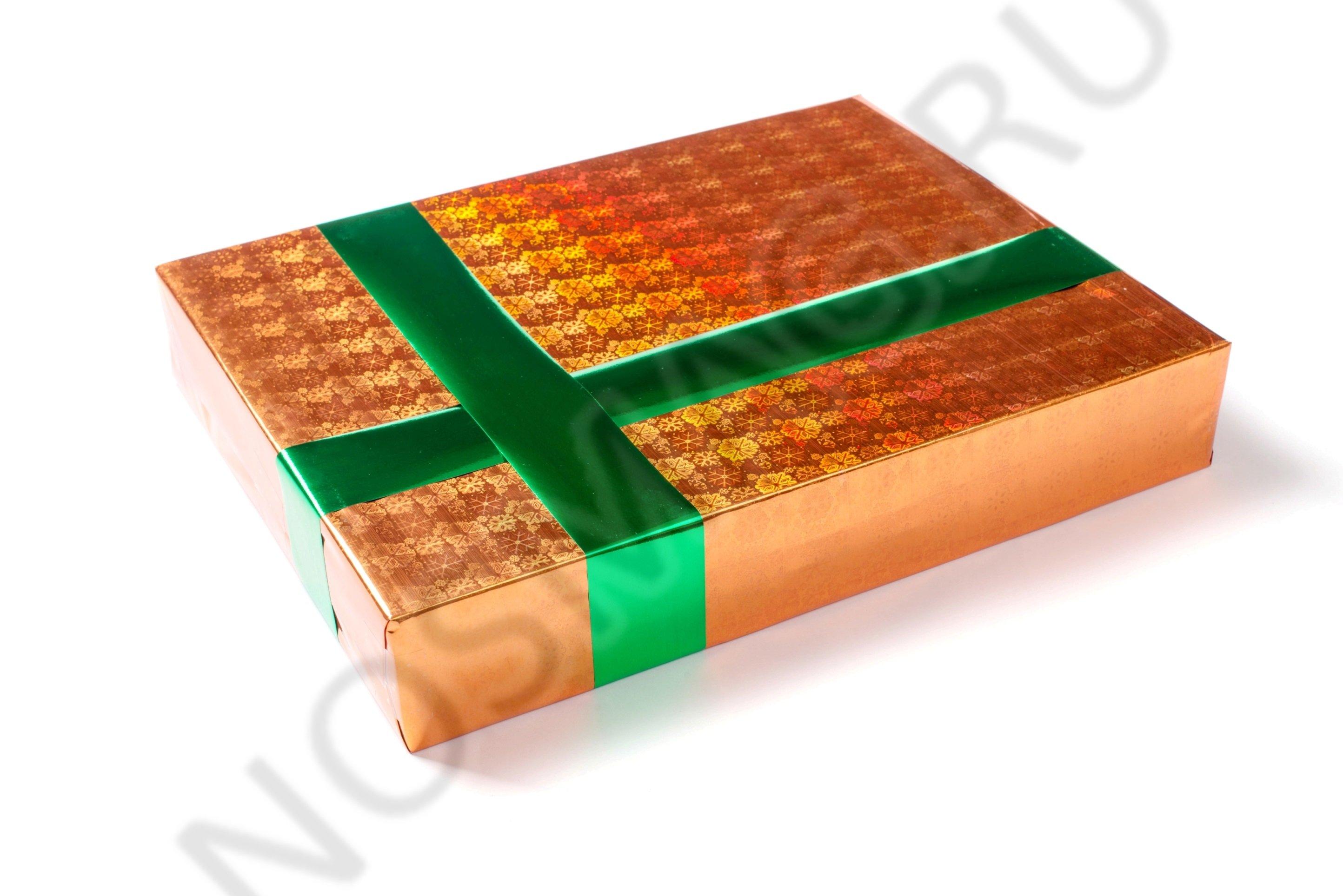 Яркая подарочная упаковка из золотой пленки и зеленых лент